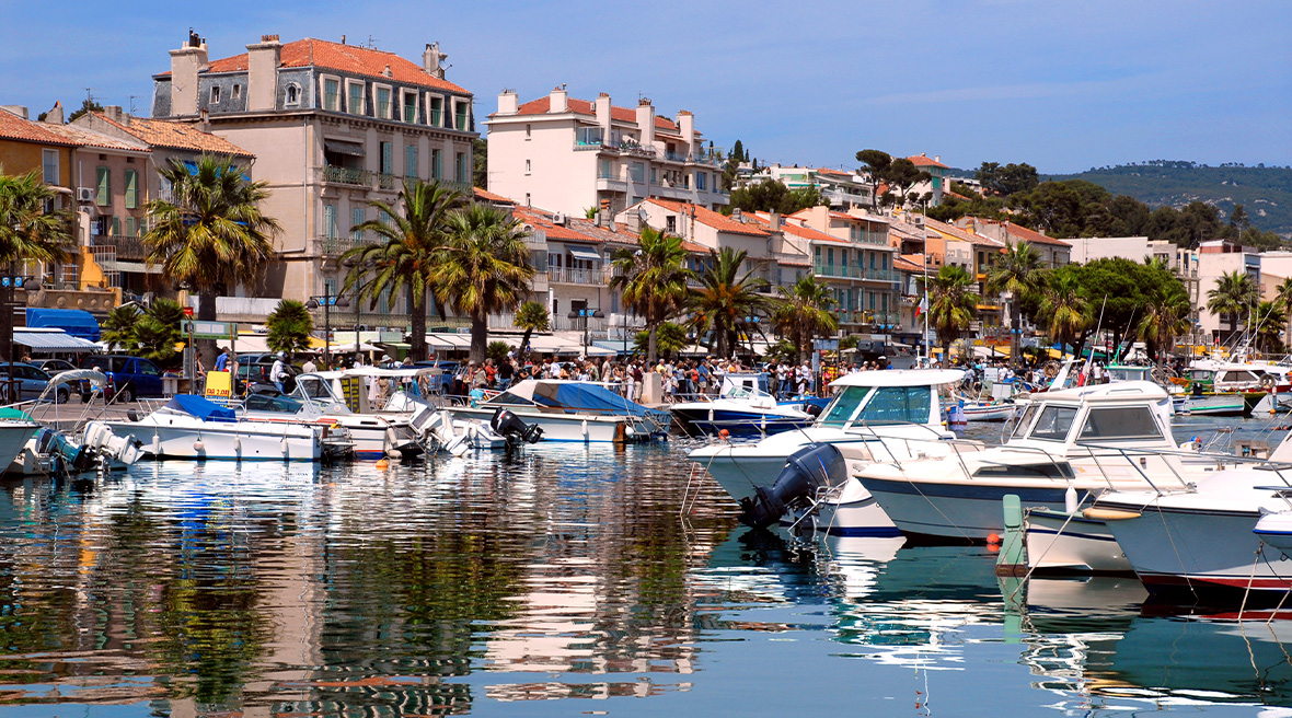 The port in Bandol features a delightful promenade, the perfect setting for a stroll