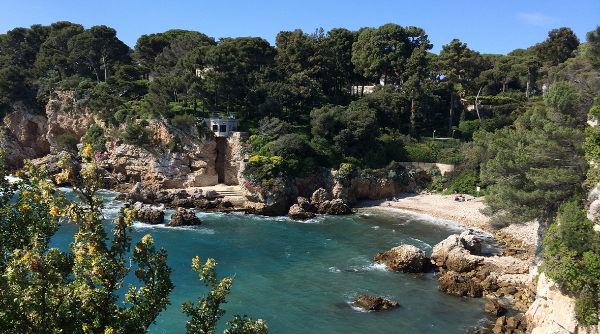There are numerous postcard-perfect bays all around the Cap d'Antibes
