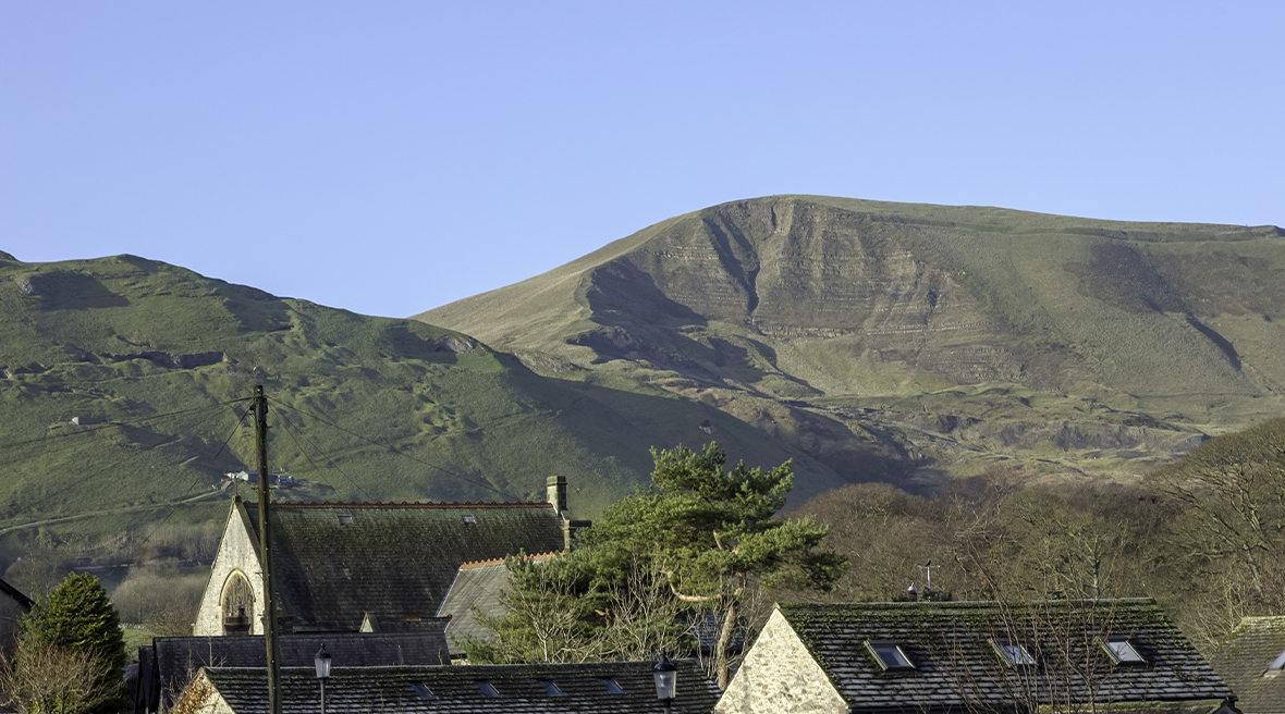 Le village de Castleton dominé par le mont Mam Tor dans le Peak District