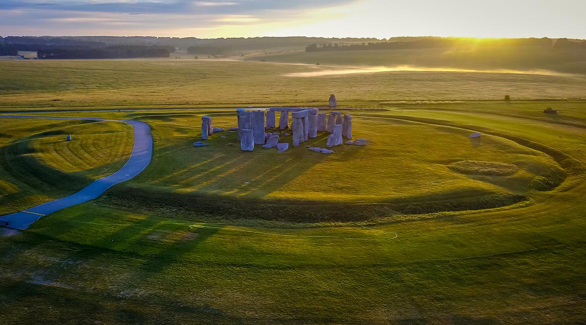 Lever de soleil sur le cercle de pierres de Stonehenge