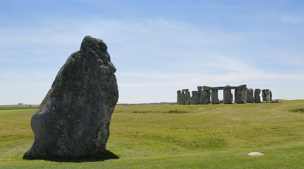 Le cercle de pierres de Stonehenge sous un ciel bleu