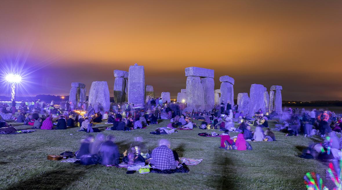 Des personnes assistant au solstice d'été à Stonehenge