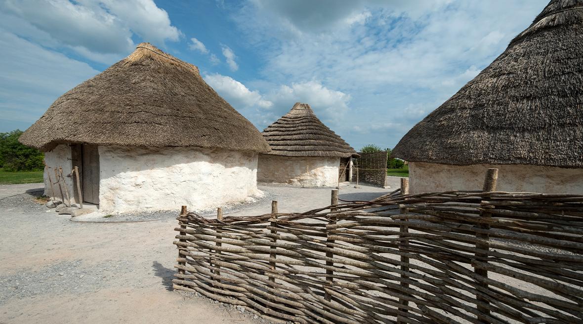 Les maisons préhistoriques reconstituées au village de Stonehenge