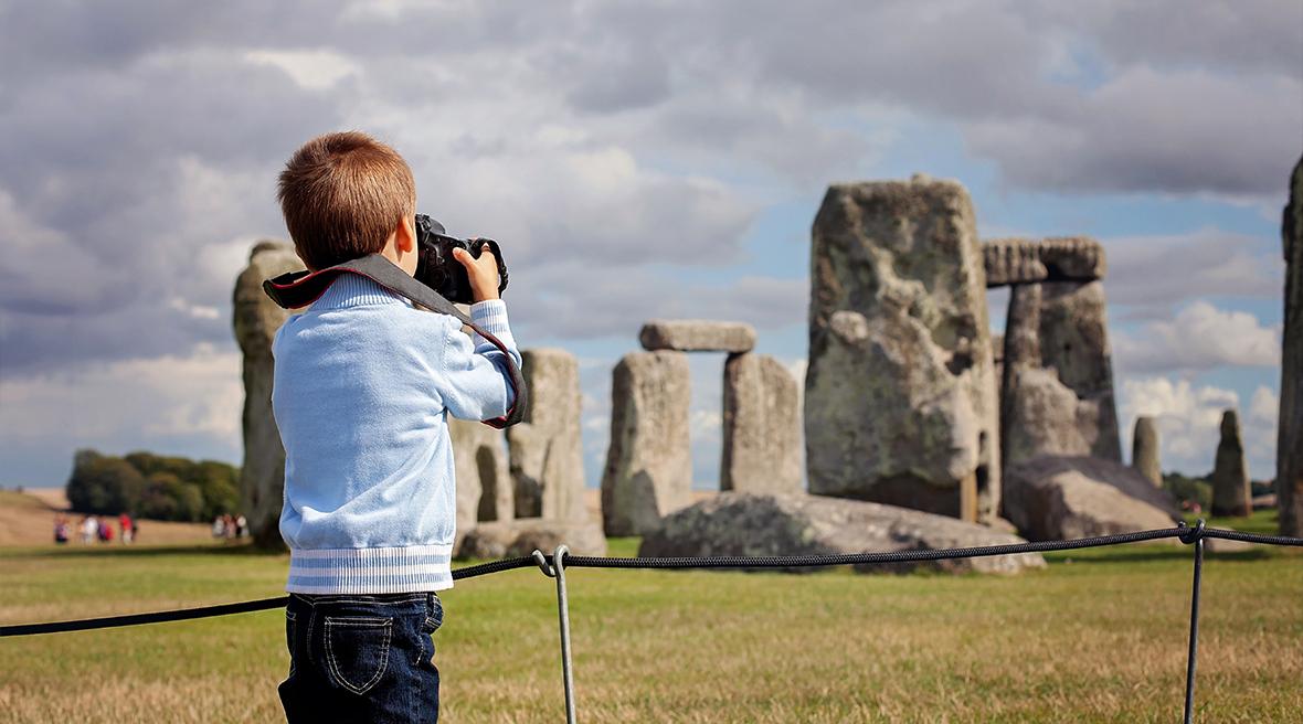 Un petit garçon devant le site de mégalithes de Stonehenge
